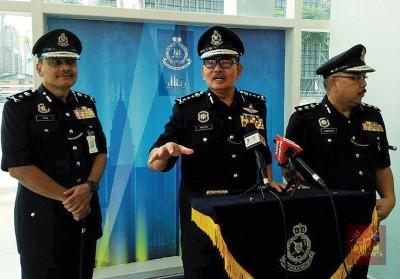 马兹兰(左2)警告警员勿涉毒。