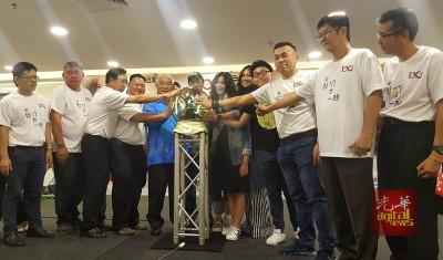 (左5)吴天福及众嘉宾为慈善电影放映会主持开幕仪式。