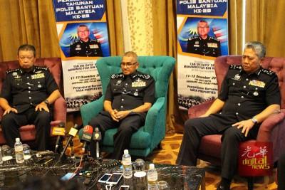 弗兹(中):警方将在明日传召再益问话。(左起为)蔡义来及达祖丁。