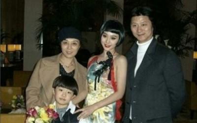 范冰冰(右二)和父亲范涛(右)、母亲张传美(左后)与弟弟范丞丞的全家福照在网络上流传。