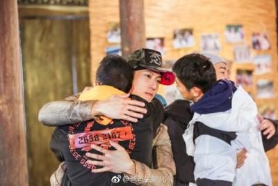 最后一集中爸爸们抱抱告别。
