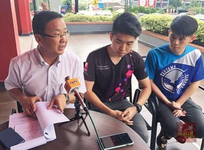 刘华才(左)希望马大能够缩短马大华文学会冻结令,以免明年举办的『全辩16』受到影响。左2为黄彦铬和马大华文学会外务副主席颜熙衍。
