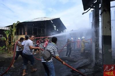 居民发现同心协力精神,拉消拯员灭火。