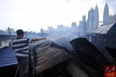 居民站在高处协助灭火。