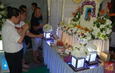 王敬文(左1)到王国安灵柩前上香。