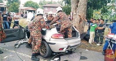 消拯员受召至事发现场移出司机尸体。