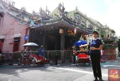 郭素岑指第一届街头庙会就从叶公司前开始,当年适逢《安娜与国王》电影在槟取景,留下一个仿古牌楼,成为1999年庙会主舞台。