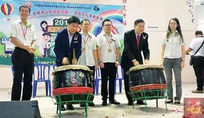 """张威如(左2)为""""大当家,小当家,勇敢来挑战!""""生活营主持击鼓仪式。"""