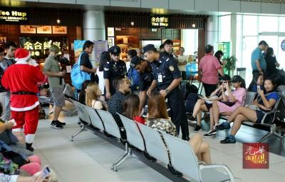 警官检查庄振进,未雨绸缪用他带,当沿的女友一脸茫然。