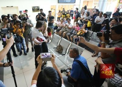浪漫求婚成功! 列席的群众及机客见证下,半口开心拥吻。