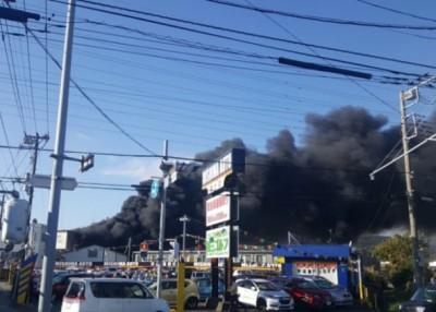 化学工厂爆炸起火。