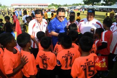 诺嘉兹兰(中)向参与比赛的儿童握手,打气鼓励。
