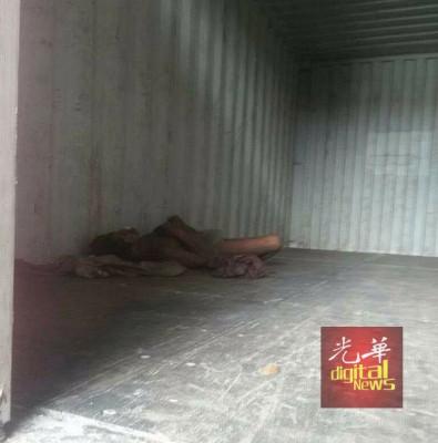 死者被发现全裸卧毙在集装箱内。
