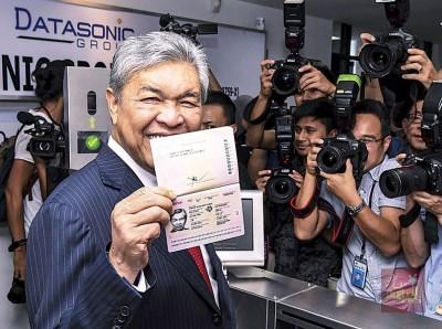 阿末扎希展示本身的新版本护照。