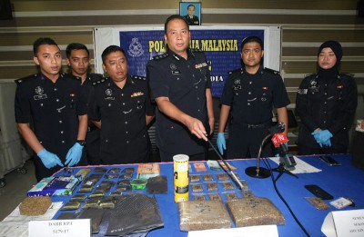 扎菲尔(右3)与立功警官召开记者会和出示起获的毒品,左3是加影警区肃毒组主任慕克里兹助理警监。