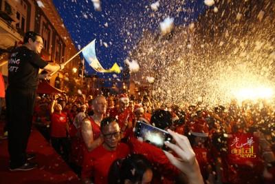 人们在林冠英挥旗后,每当雪雪花纷飞下,进行7公里路走。