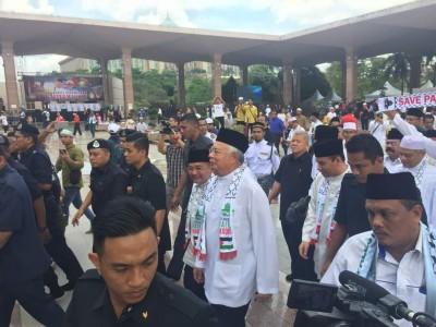 首相纳吉、副首相阿末扎希抵达布特拉清真寺。