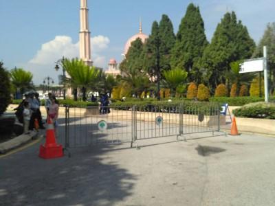 前往清真寺的道路已被封。