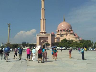 旅客如常在布特拉清真寺外观光。