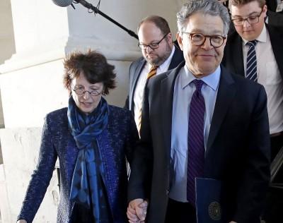 弗兰肯(右)拖着太太的手离开参议院。