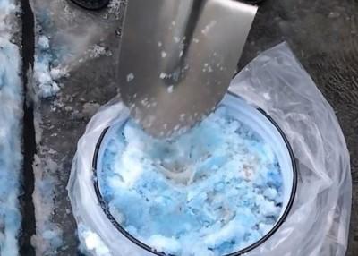 居民担忧蓝色雪花,可能是有毒的化学物质导致。