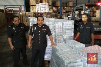 双溪大年贸消部取缔制造冒牌婴儿纸尿片,中为该分局主任马兹兰。