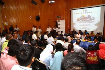 各政府单位代表与槟州厂巴、旅巴、罗里及运输业者对话。