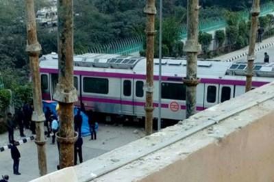 不管人开地铁火车试运期间,赶上向地铁站外墙。