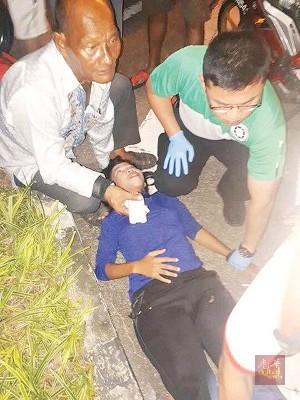 圣约翰救伤队将动了胎气的大肚子送院治疗。