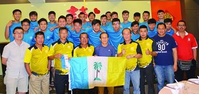 槟城华人足球总会会长许雅贵(前排左4)移交州旗予领队吴钟英(前排右4),旁为洪兆俊(左起)、高山石、林木坤、孙烟山、廖诚胜、林世和及李伍辉。后排为出征全国赛的球员。