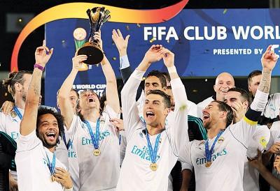 (前排左起)马塞洛、莫德里奇、C罗纳差不多、拉莫斯与其他队友同庆卫冕世界冠军球会杯。