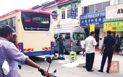印裔穆斯林男子二度冲向马路寻死,结果被快捷通巴士车辆碾过头部,当场毙命。
