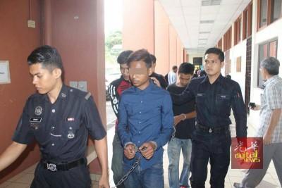 3名涉嫌殴打救护车司机的青年闻判后被押离法庭。