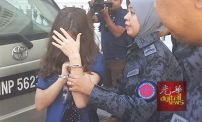 被告罗帕金娜获释后逃离法庭,但遭移民局官员当场抓回,场面狼狈不已。