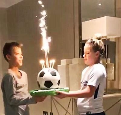 特里的儿女别出心裁,为他庆祝生日。