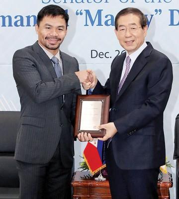 尾尔市长朴元淳(左)亲授证书予帕奎奥。