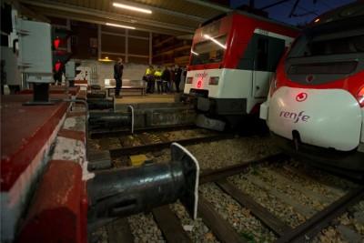 左边的列车撞缓冲物导致乘客受伤。