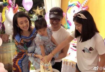 章子怡替女儿醒醒过生日。