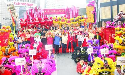 """东姑安南(中)为吉隆坡柏威年购物商场10周年活动""""2018到访柏威年""""做推介。"""