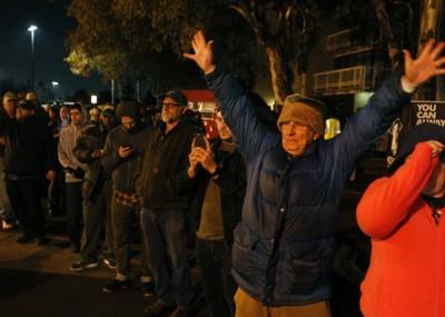 民众连夜排队抢购合法的大麻。