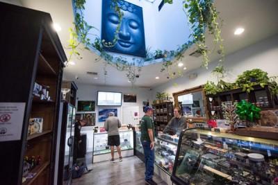 合法化后,民众如今可公然购买大麻。(法新社照片)