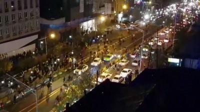示威者上周六(12月30天)于街上游行。(法新社照片)
