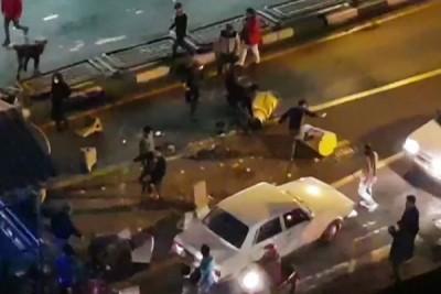 示威者破坏公路设施。(法新社照片)