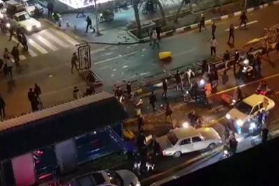 德黑兰示威者上周六(12月30天)于公路推翻护栏(法新社照片)