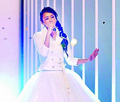 安室奈美惠最终一次上上《吉白歌唱大赛》,穿白色长裙演唱《Hero》。