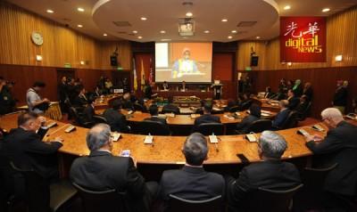 槟岛市议员宣誓就职仪式场面。