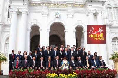 所有获续任的槟岛市议员与林冠英、槟州行政议员及市长麦慕娜等合照。