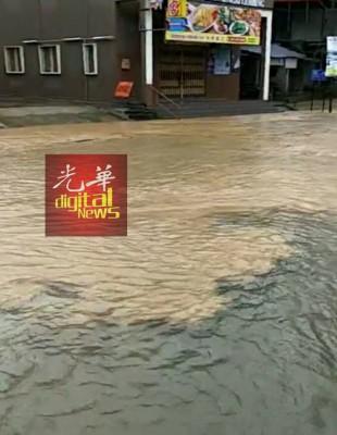 水渗入街道,万众给促提高警惕。(希冀取自Queennie 美君-林明吹水站)