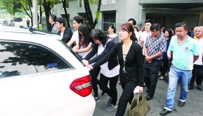 家属和好友陈美娥为他扶灵,送他最后一程。
