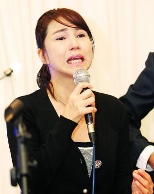 陈美娥带领众人演唱《天使心》送别坚叔,一度哭得不能自己。